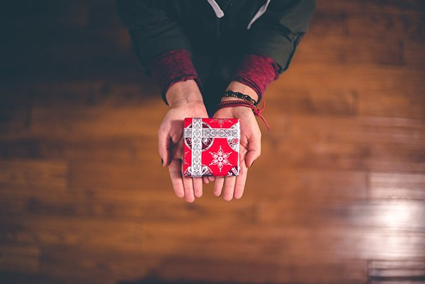gift freedom | small gift in hands